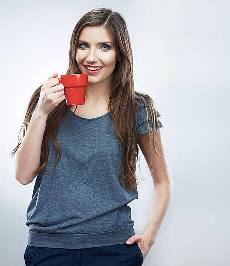 Mitarbeiterin aus der Kölner Internetagentur mit Tasse in der Hand