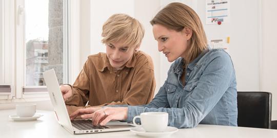 Usability - 2 Menschen an Laptop - PPW Internetagentur